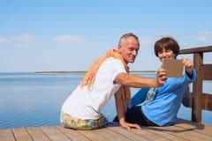 Acople a apreciação da vida, tomando o selfie no mar Imagem de Stock