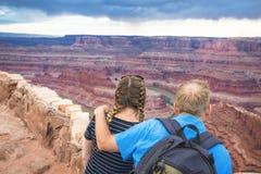 Acople a apreciação da vista cênico do Rio Colorado foto de stock