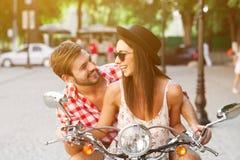 Acople a aprendizagem conduzir um 'trotinette' na estrada Imagens de Stock Royalty Free