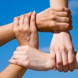 Acople as mãos que conectam a uma corrente com o céu Imagens de Stock Royalty Free