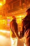 Acople as m?os guardando europeias junto no mercado de rua no Pa do Sa, Vietname da noite imagens de stock royalty free