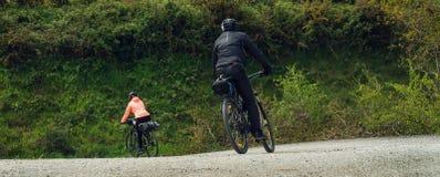 Acople bicicletas de montada fora Vista larga fotografia de stock royalty free