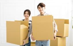 Acople caixas levando na casa nova Imagens de Stock