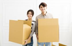 Acople caixas levando na casa nova Foto de Stock Royalty Free