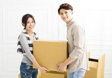 Acople caixas levando na casa nova Imagem de Stock Royalty Free