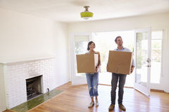 Acople caixas levando na casa nova em dia movente foto de stock