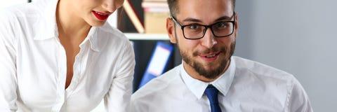 Acople caixeiros engraçados positivos para examinar e discutir alguma opinião pública foto de stock royalty free
