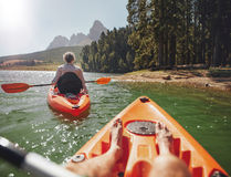 Acople canoeing no lago em um dia de verão Foto de Stock