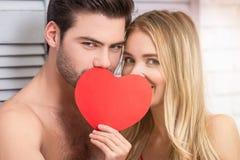 Acople a coberta das caras com o coração de papel vermelho foto de stock