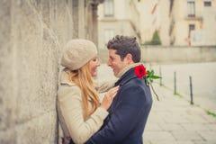 Acople com uma rosa que beija no dia de Valentim Fotografia de Stock Royalty Free