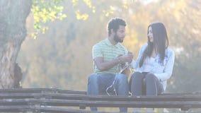 Acople começar escutar a música no smartphone, compartilhando de fones de ouvido vídeos de arquivo