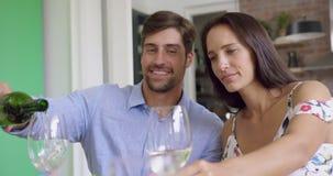 Acople comer o champanhe na mesa de jantar em casa 4k vídeos de arquivo