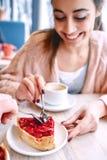 Acople comer uma colher de sobremesa no café na data imagens de stock royalty free