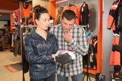 Acople a compra em grandes bens chain da moto-bicicleta do varejista Fotos de Stock Royalty Free