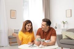 Acople a contagem do dinheiro na tabela fotografia de stock royalty free