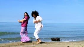 Acople a dança engraçada na praia nas férias video estoque