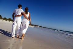 Acople dar uma volta na praia Fotografia de Stock Royalty Free