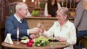 Acople das pessoas adultas em vidros de um tinido da data e aprecie o vinho video estoque