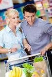 Acople a discussão da lista de compra e dos produtos escolhidos Foto de Stock
