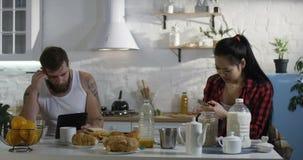 Acople dispositivos de utilização ocupados na cozinha filme
