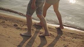 Acople dos amantes que andam no cada um no por do sol filme