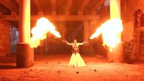 Acople dos recém-casados em um partido do tema de Dia das Bruxas, uma chama enorme alarga-se acima perto deles vídeos de arquivo