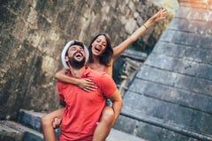Acople dos turistas que andam em torno da cidade velha F?rias, ver?o, feriado, turismo: conceito Homem que d? um passeio do reboq fotografia de stock royalty free