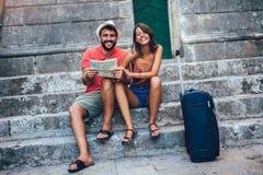 Acople dos turistas que andam em torno da cidade velha F?rias, ver?o, feriado, turismo: conceito foto de stock royalty free