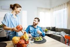 Acople durante o tempo dinning em casa fotografia de stock