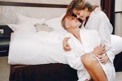 Acople em um hotel fotografia de stock royalty free