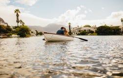 Acople em uma data romântica em um barco imagens de stock royalty free