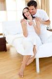 Acople encontrar resultados de um teste de gravidez Fotografia de Stock