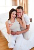 Acople encontrar resultados de um teste de gravidez imagem de stock royalty free