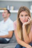 Acople a fala após uma disputa no sofá com looki da mulher Fotos de Stock