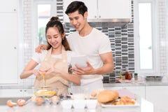 Acople a fatura da padaria, do bolo na sala da cozinha, do homem asiático novo e da mulher fotos de stock royalty free