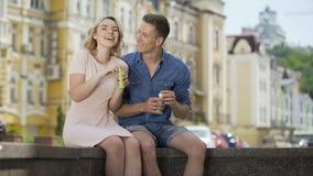 Acople a fatura de bolhas de sabão, beijando, olhando as flutuar, relacionamento romântico video estoque