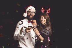 Acople a fatura de um brinde no partido da véspera de Ano Novo fotos de stock royalty free