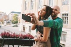 Acople a fatura do selfie no balcão da sala de hotel Imagem de Stock Royalty Free
