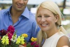 Acople flores da terra arrendada Foto de Stock Royalty Free