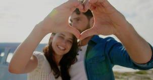 Acople a formação da forma do coração com mãos 4k filme