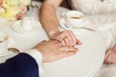 Acople guardar as mãos, café bebendo dos pares loving em um café imagem de stock