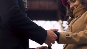 Acople guardar as mãos, o homem e a mulher nas relações do amor, as macias e as sensuais video estoque