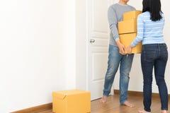 Acople guardar caixas e andar junto - conceito movente da casa foto de stock