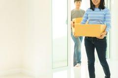 Acople guardar caixas e andar junto - conceito movente da casa imagens de stock