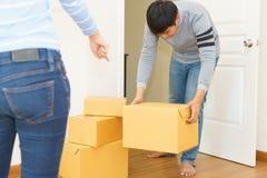 Acople guardar caixas e andar junto - conceito movente da casa fotos de stock royalty free