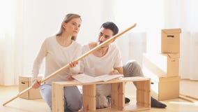Acople a instalação da mobília na casa nova com instrução filme