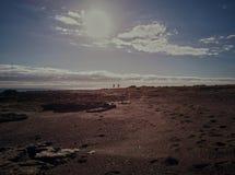 Acople a ioga praticando na praia no por do sol imagem de stock royalty free