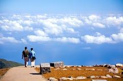 Acople ir na estrada ao céu azul no console de Madeira Imagem de Stock Royalty Free
