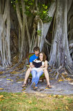 Acople a leitura sob a árvore Imagens de Stock Royalty Free
