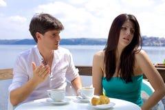Acople a luta nas férias durante o café da manhã no lago Imagens de Stock